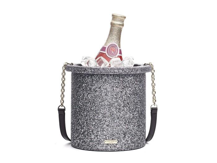 Bukan champagne bucket sungguhan, ini adalah tas keluaran Kate Spade. Bentuknya sangat mirip dengan tumpukan es batu di sekeliling botol champagne. Foto: Istimewa