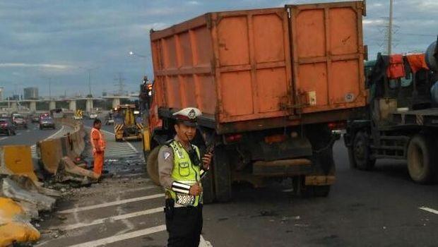 Tabrak Barrier, Truk Sampah Terguling di Tol Halim Arah Cawang
