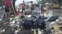 Warga Sumedang Keruk Tumpukan Sampah Penyebab Banjir