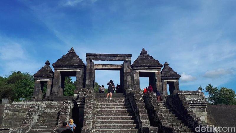Terletak di Bokoharjo, Prambanan, Sleman, DI Yogyakarta, Candi Ratu Boko tidak jauh lokasinya dari Candi Prambanan. Kalau dari pusat Tugu Yogyakarta, dapat ditempuh kira-kira 45 menit (Shinta/detikTravel)