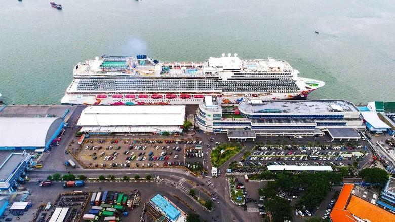 Kapal pesiar Genting Dream yang sandar di Surabaya (dok Pelindo III)