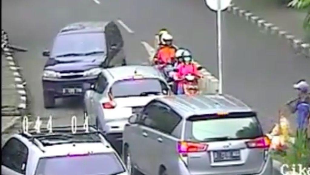 Mobil Lawan Arus Dikepung dan Disuruh Mundur ke Jalan yang Benar