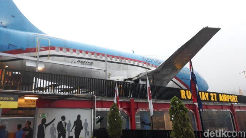Pesawat Kepresiden R1 menjadi salah satu simbol kenegaraan yang banyak mencuri perhatian. Sayang tidak semua orang dapat menyambangi pesawat milik presiden tersebut. (Mustiana/detikTravel)