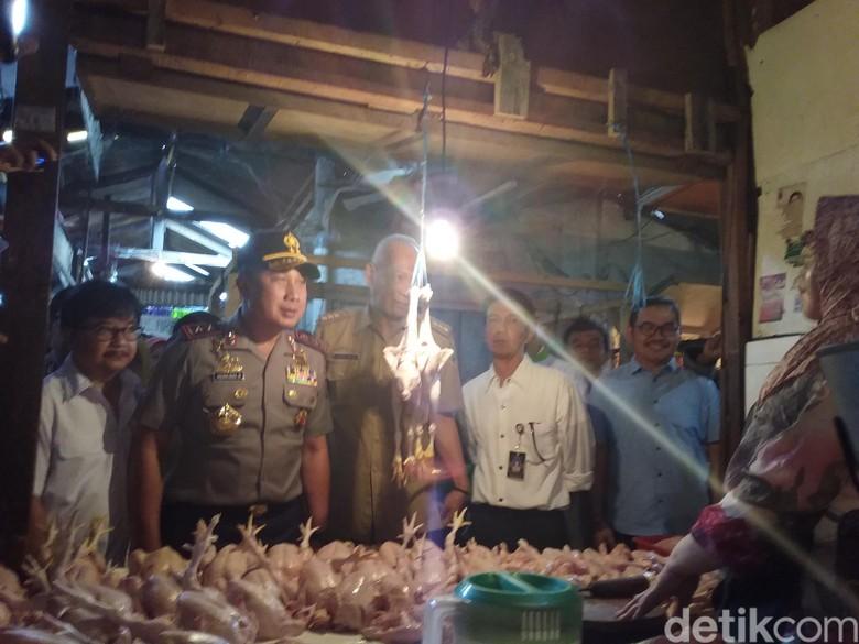 Jelang Akhir Kapolda Jabar Blusukan - Bandung Jawa Barat Irjen Agung Budi Maryoto turun langsung mengecek harga kebutuhan pokok menjelang natal dan tahun Inspeksi