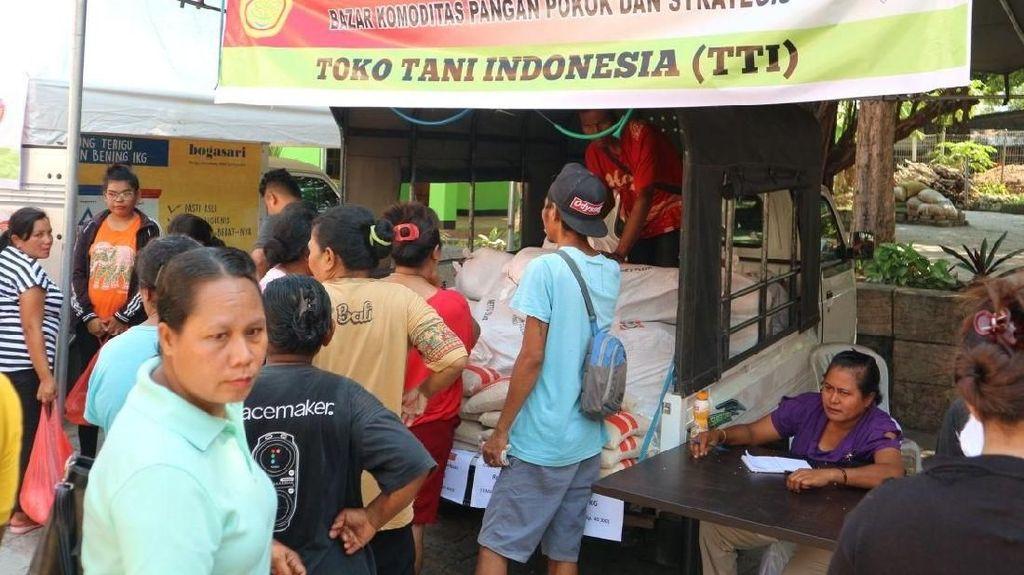 Jelang Natal, Bazar Sembako Murah di Kupang Diserbu Ibu-ibu