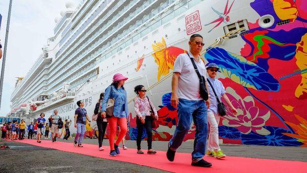 Kapal pesiar tersebut memuat sekitar 2.500 wisman