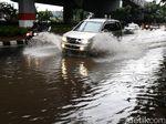 Menerobos Genangan di Ahmad Yani Jakarta Timur