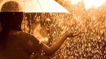 Tips Agar Tetap Kering dan Hangat Saat Turun Hujan Deras