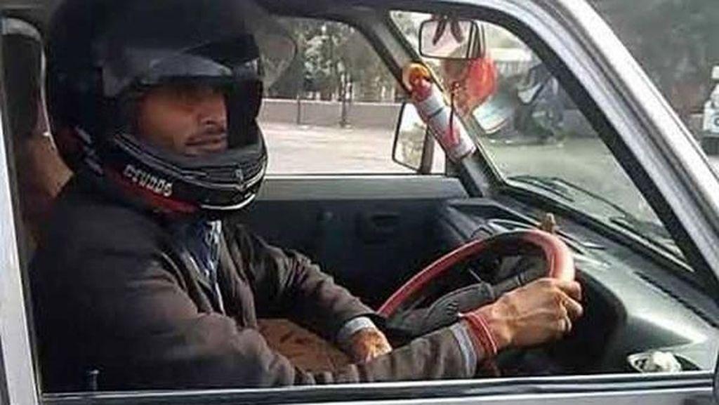 Polisi Salah Tulis Tilang, Pria Ini Jadi Pakai Helm Pas Naik Mobil
