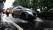 Nekat Terobos Banjir di Jatinegara, Motor Pengendara Ini Mogok