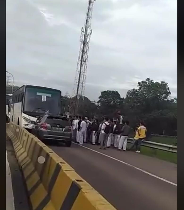 Lagi, Pengemudi Lawan Arus Diserang Bus Karyawan di Karawang