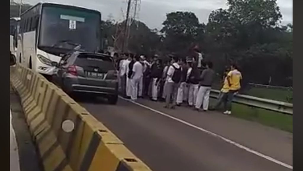 Ini Penyebab Mobil Lawan Arus Diserang Bus di Karawang