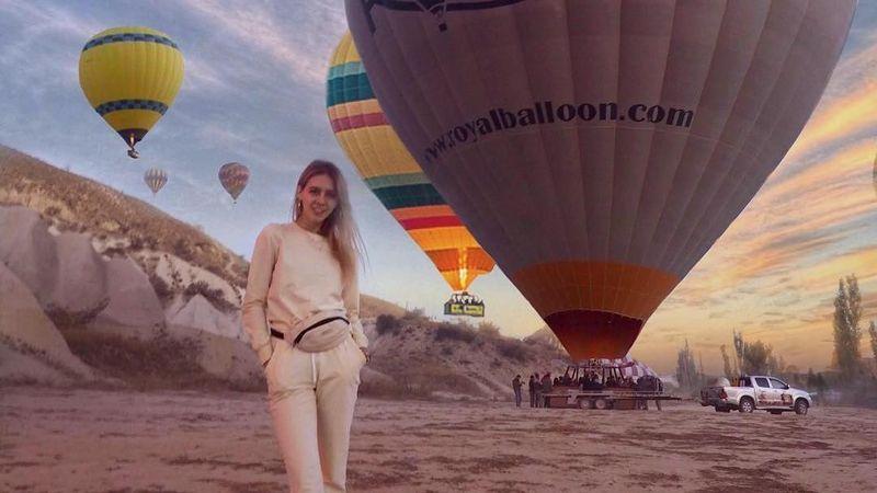 Di awal Desember ini, Angela baru saja liburan ke Turki. Hal itu pun diketahui saat ia memposting fotonya di depan balon udara di Cappadocia (@angela_nikolau/Instagram)