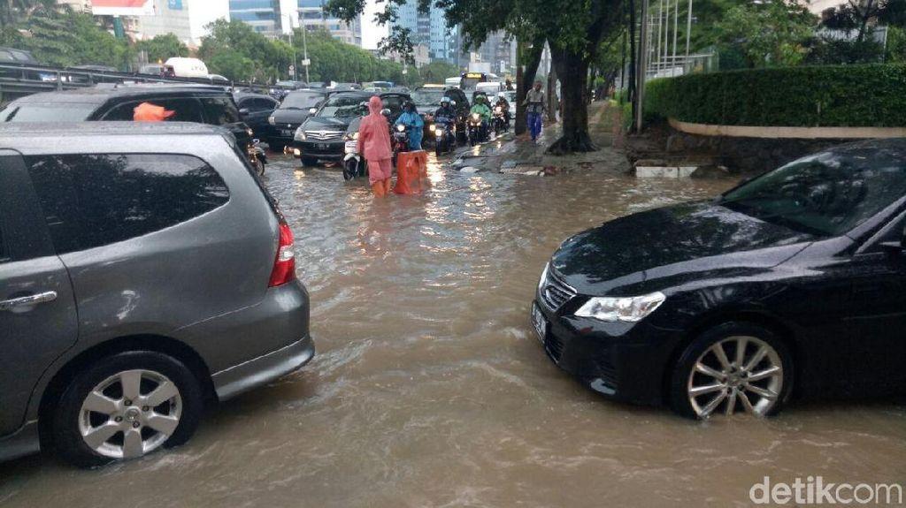 Usai Hujan Deras, Genangan Muncul Lagi di Dekat Balai Kartini