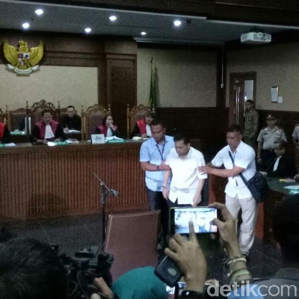 Diperiksa Hakim, Novanto Terus Menjawab Lirih dan Bergumam