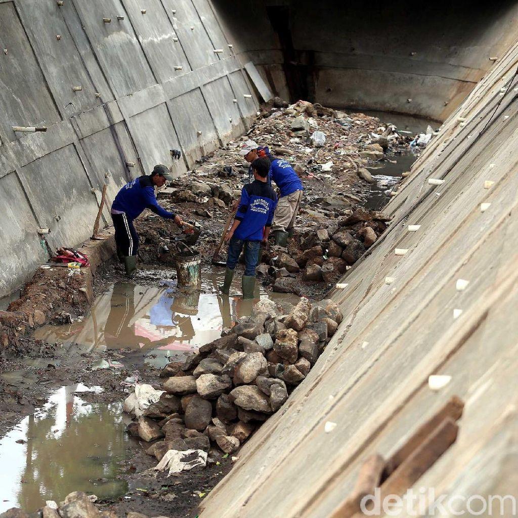 Antisipasi Banjir, Selokan di Rawa Bunga Jatinegara Diperbesar