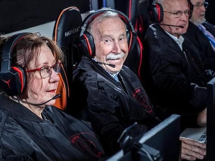 Untuk asah kemampuan otak, para lansia ini dirikan tim game profesional. Foto: Lenovo-silversnipers.com