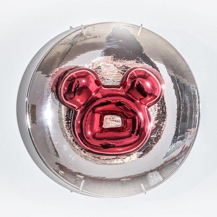 Donut You Love my Red Teddy Bear, tulis Jae Yong Kim di akun isntagram pribadinya. Donatnya berwarna merah metalik dan berada di atas piring. Lucu ya! Foto: Istimewa