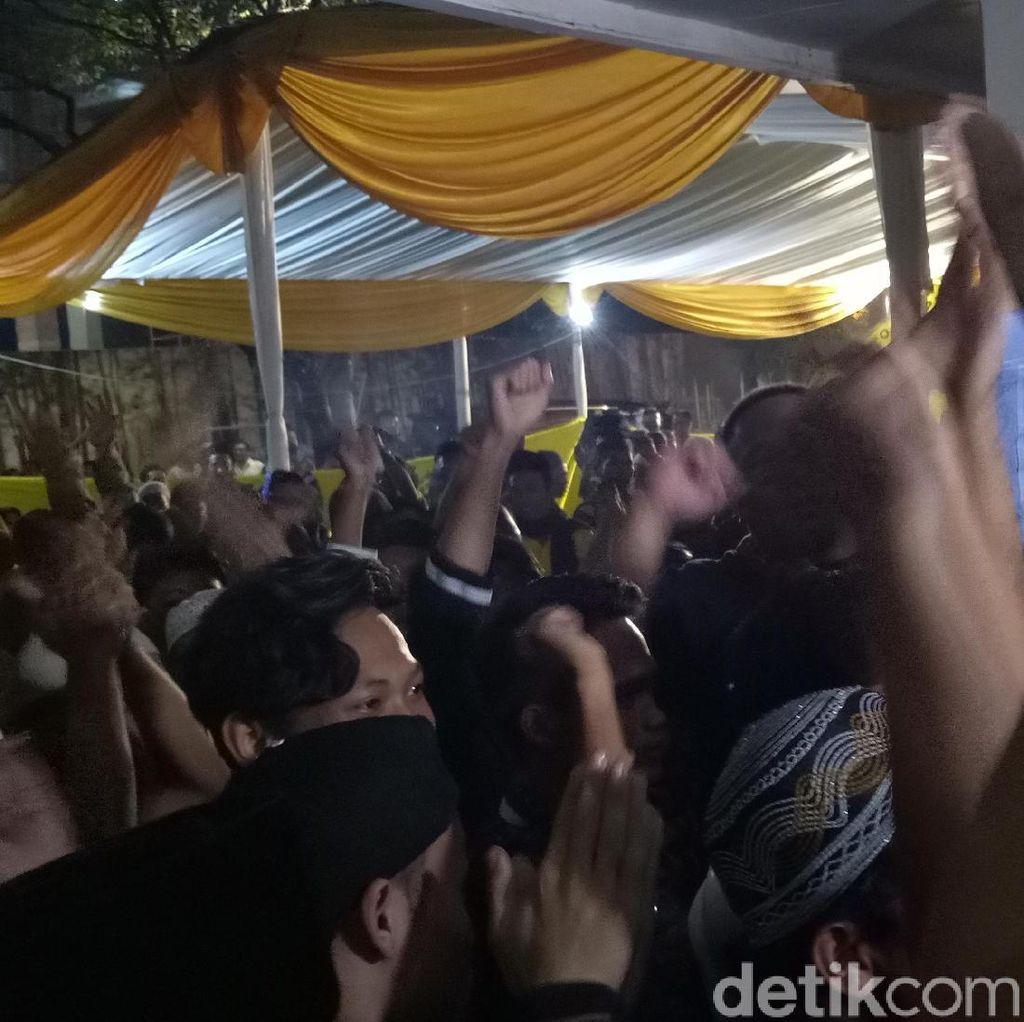 Pleno Masih Berlangsung, Massa Desak Golkar Segera Munaslub