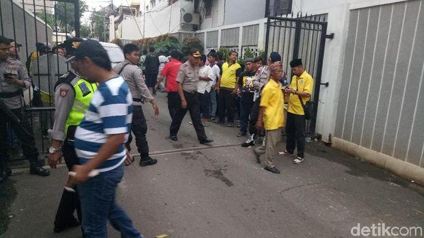 Suasana di depan DPP Golkar saat rapat terbatas bahas pleno munaslub