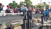 Risma Sebut Salah Satu Penyebab Banjir di Surabaya akibat Air Laut