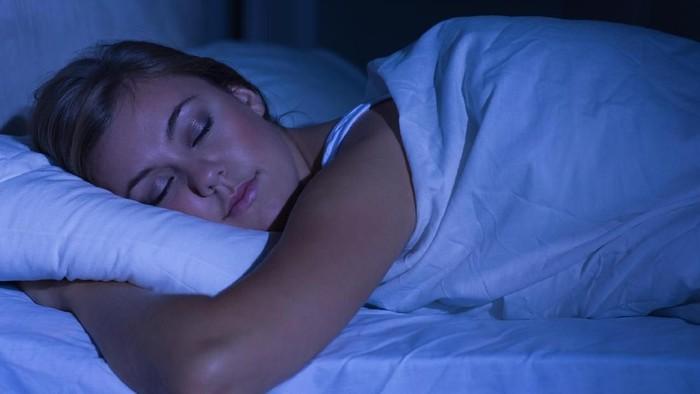 Kebiasaan ngemil bisa dicegah dengan menambah durasi tidur. (Foto: Thinkstock)