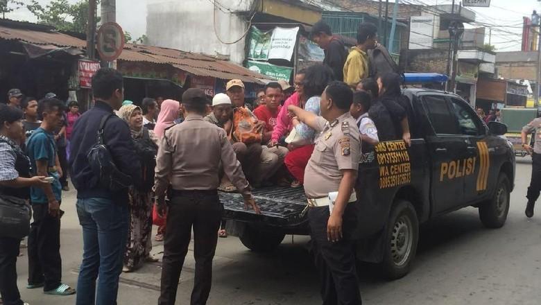Foto: Ribuan Angkot Mogok, Ratusan Armada Polisi Angkut Warga Medan