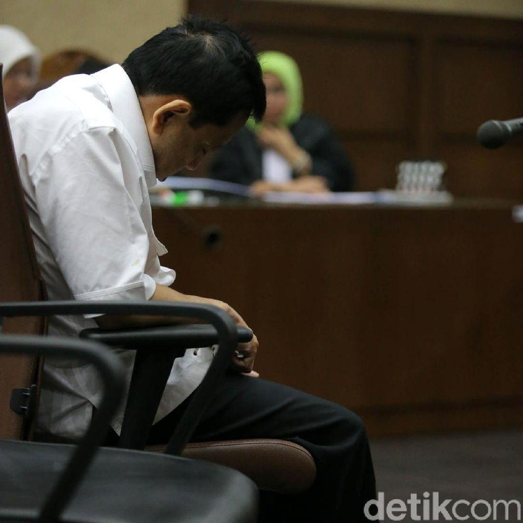 Potret Novanto di Sidang Perdana: Menunduk, Bungkuk dan Lambaian Tangan