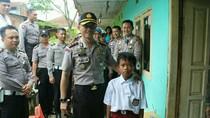 Dikunjungi Polisi, Bocah Penjual Kerupuk Garut Akan Jadi Pocil