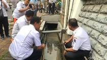 Cek Titik Banjir di Rasuna Said, Anies Foto Gorong-gorong