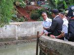 Cek Tanggul Kali Pulo Jebol, Anies: Pompa Air Disiagakan