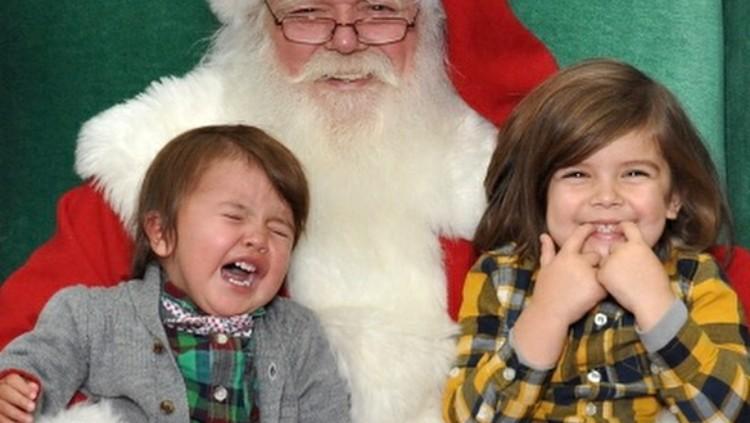 Lucu Deh, Berbagai Ekspresi Anak saat Berpose dengan Santa Claus