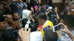 Usai Sidang, Novanto Sempat Bersalaman dengan Istrinya