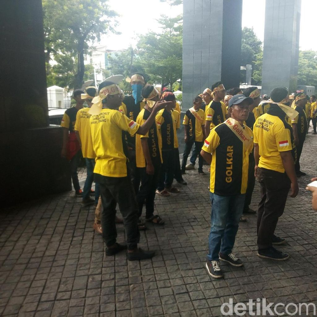Dukung Novanto, Massa Berikat Kepala Save Golkar Hadir di PN