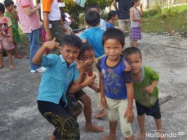 Anak-anak ini langsung berpose lucu saat tahu mereka hendak difoto. Sesudahnya mereka tertawa bareng-bareng. (Foto: Nurvita Indarini)