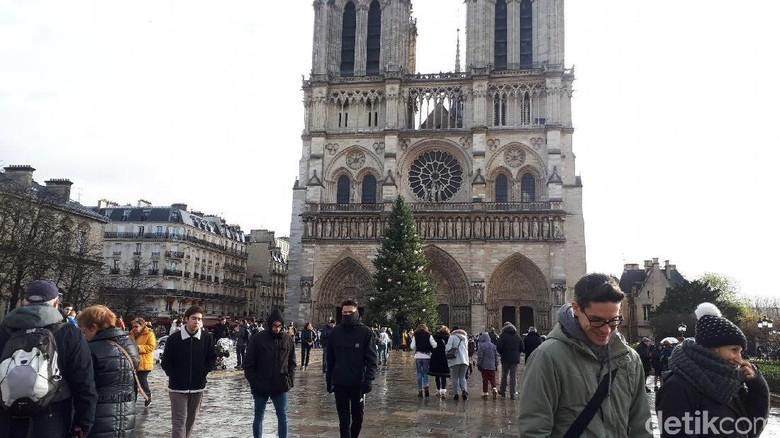 Foto: Turis menikmati musim dingin di Katedral Notre Dame (Afif/detikTravel)