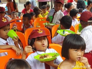 Semangat banget nih makan siangnya. Tuh lihat, sampai penuh banget mulutnya, hi-hi-hi. (Foto: Nurvita Indarini)