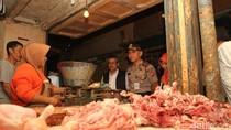 Pedagang Pasar Soreang Curhat ke Polisi: Ayam Lagi Mahal Pak!