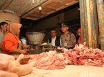 Pedagang Pasar Sorengan Curhat ke Polisi: Ayam Lagi Mahal Pak!