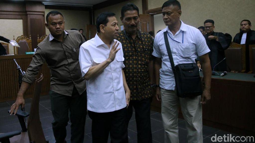 Foto: Lambaian Tangan Novanto Usai Drama di Sidang Perdana