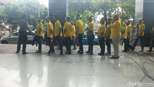 Dukung Novanto, Massa Berikat Kepala 'Save Golkar' Hadir di PN