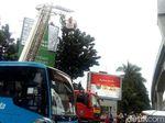 Petugas Damkar Evakuasi Pria yang Panjat Baliho Depan Mabes Polri