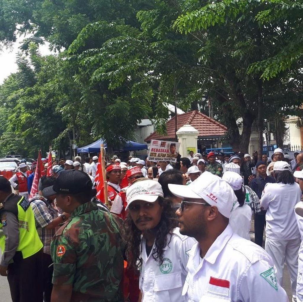 Jelang Vonis Alfian Tanjung, Massa Datangi PN Surabaya
