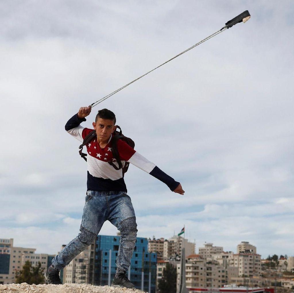 Aksi Pemuda Palestina Menentang Keputusan Trump