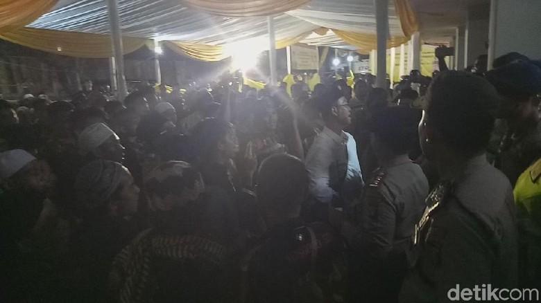 Polisi Desak Mundur Massa Menjauh dari Pintu Pleno DPP Golkar