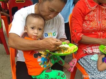 Ini adalah kegiatan makan siang bersama anak-anak di Desa Siwalubanua, Kecamatan Somambawa, Nias Selatan. Kegiatan ini merupakan bagian dari program Tango Peduli Gizi Anak Indonesia. (Foto: Nurvita Indarini)