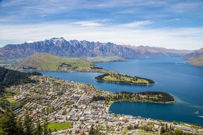 Rute Auckland ke Queenstown ini memakan dua jam. Namun hal tersebut dirasa sangat kurang jika kamu melihat pemandangan dari jendela pesawat. Pemandangan dimulai dengan perbukitan hijau di Pulau Utara, menyeberangi Selat Cook, puncak gunung yang tertutup salju dan lembah pegunungan Alpen dengan gletser yang melintasi Danau Tekapo. (Thinkstock)