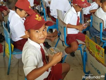 Tahu mau difoto, anak yang satu ini langsung pasang senyum termanisnya. Cieee... (Foto: Nurvita Indarini)