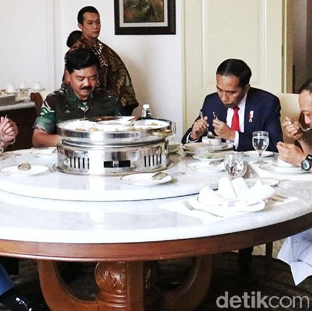 Jokowi Suguhi Nasi Merah dan Putih untuk Panglima, KSAD, dan KSAL