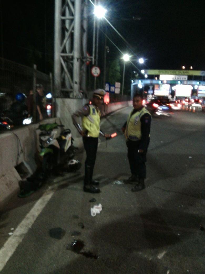 Kecelakaan Motor di Depan GT - Kecelakaan sepda motor di depan GT Rawamangun Twitter TMC Polda Metro Jakarta Kecelakaan tunggal sepeda motor bernomor polisi